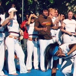 #tbt back in the day when I got my #bluered #capoeira cord. Wearing my white headband Covering my face from the sun, after all, my capoeira name is #Porcelana and waiting impatiently my turn to play in the roda. Next to me #sick #capoerista @mestremindinho and playing in the roda is my girl #Amazonas! #actress #capoeira #empowerment #fit #fitgirls #style #stylish #headbandcrew #lululemon #martialarts #slaying #instadaily #instamood @theressomuchtosee @jamesbrowncord @lululemon
